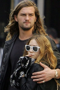 mary-kate-olsen-boyfriend-10-16-2006.jpg
