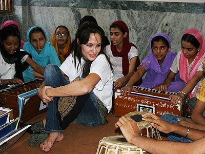 angelilna-jolie-new-delhi-11-6-2006.jpg