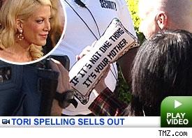 tori-spelling-garage-sale-12-11-06.jpg