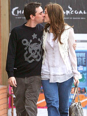mandy-moore-dj-am-spotted-kissing-2-1-07.jpg