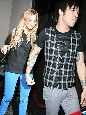 ashlee-simpson-pete-wentz-dating-4-9-07.jpg