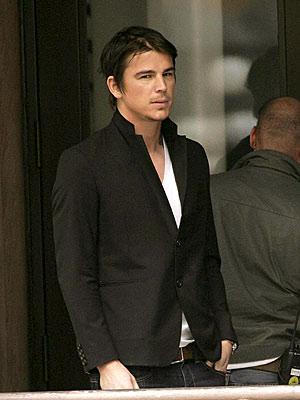 http://www.celebrific.com/wp-content/uploads/2007/04/josh-hartnett-4-27-07.jpg