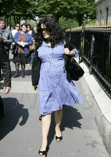 salma-hayek-pregnant-5-11-07.jpg