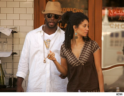r-kelly-dating-picture-8-16-07.jpg