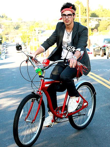 Joe Jonas bandana 2010