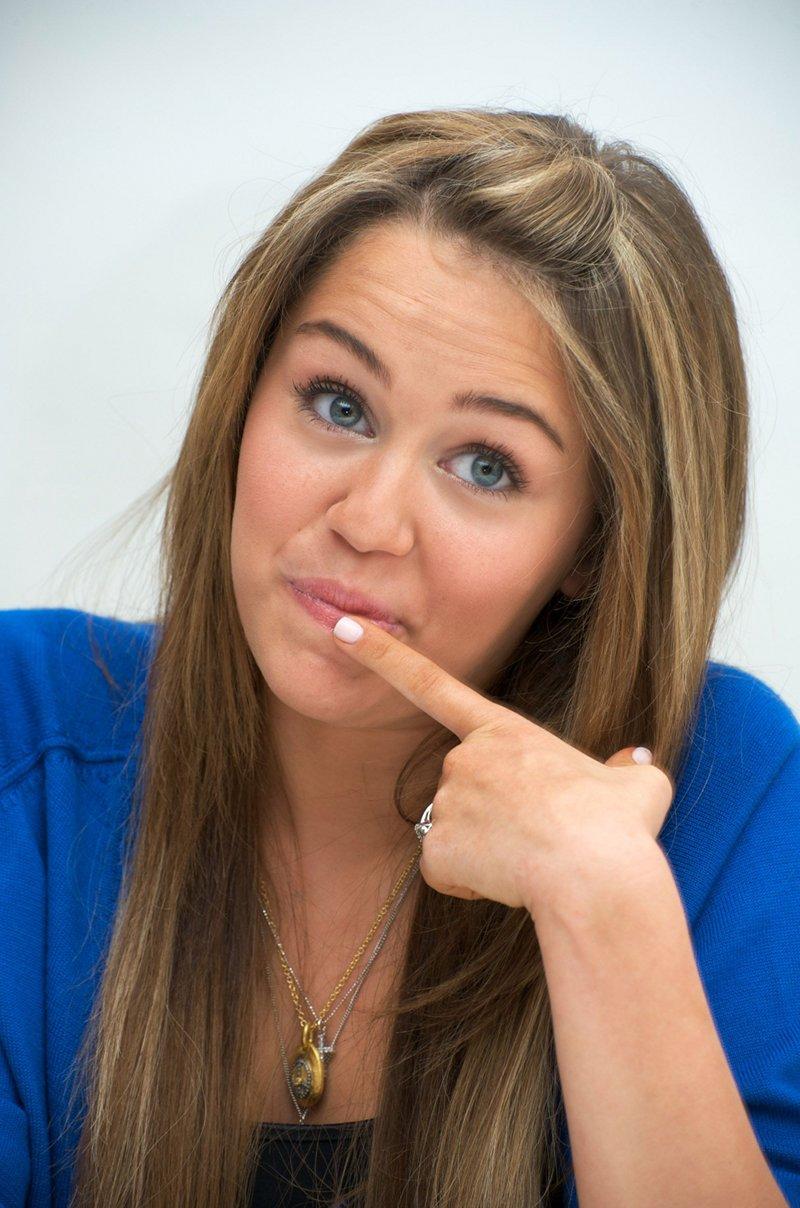 fakes Miley cyrus