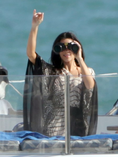 Kim & Kourtney Kardashian Spend A Day At Sea!