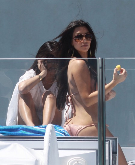 Kim & Kourtney Kardashian Spend A Day At Sea!
