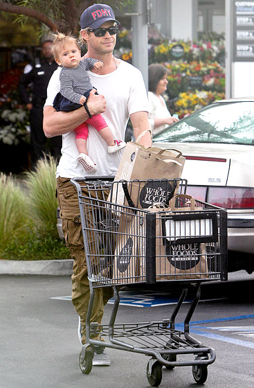 india-chris-hemsworth-shopping-baby