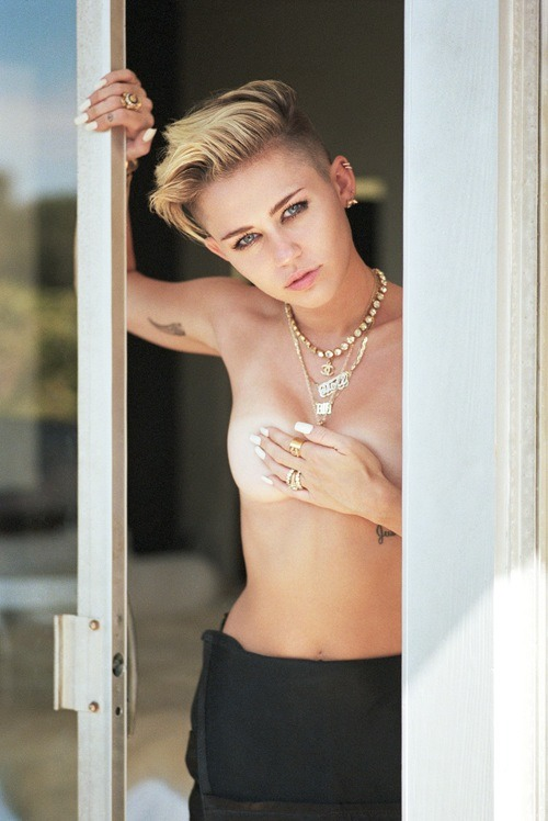 No worries, just your average Miley peeking out -- in nude -- that's all. (Theo Wenner)