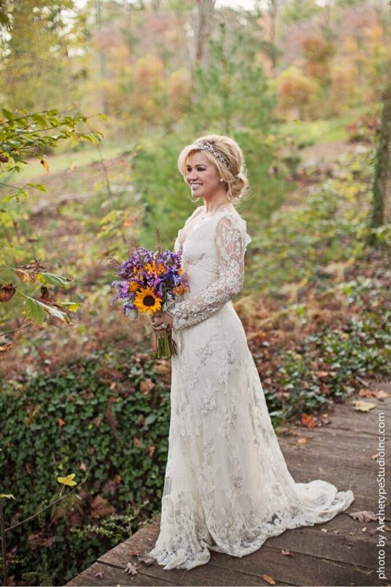 Kelly Clarkson looks stunning! Marriage does that, huh?