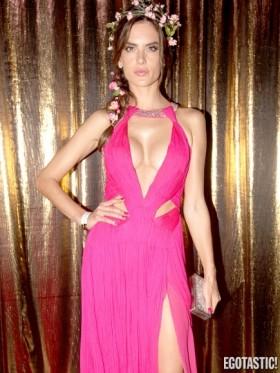 Alessandra Ambrosio sexy cleavage