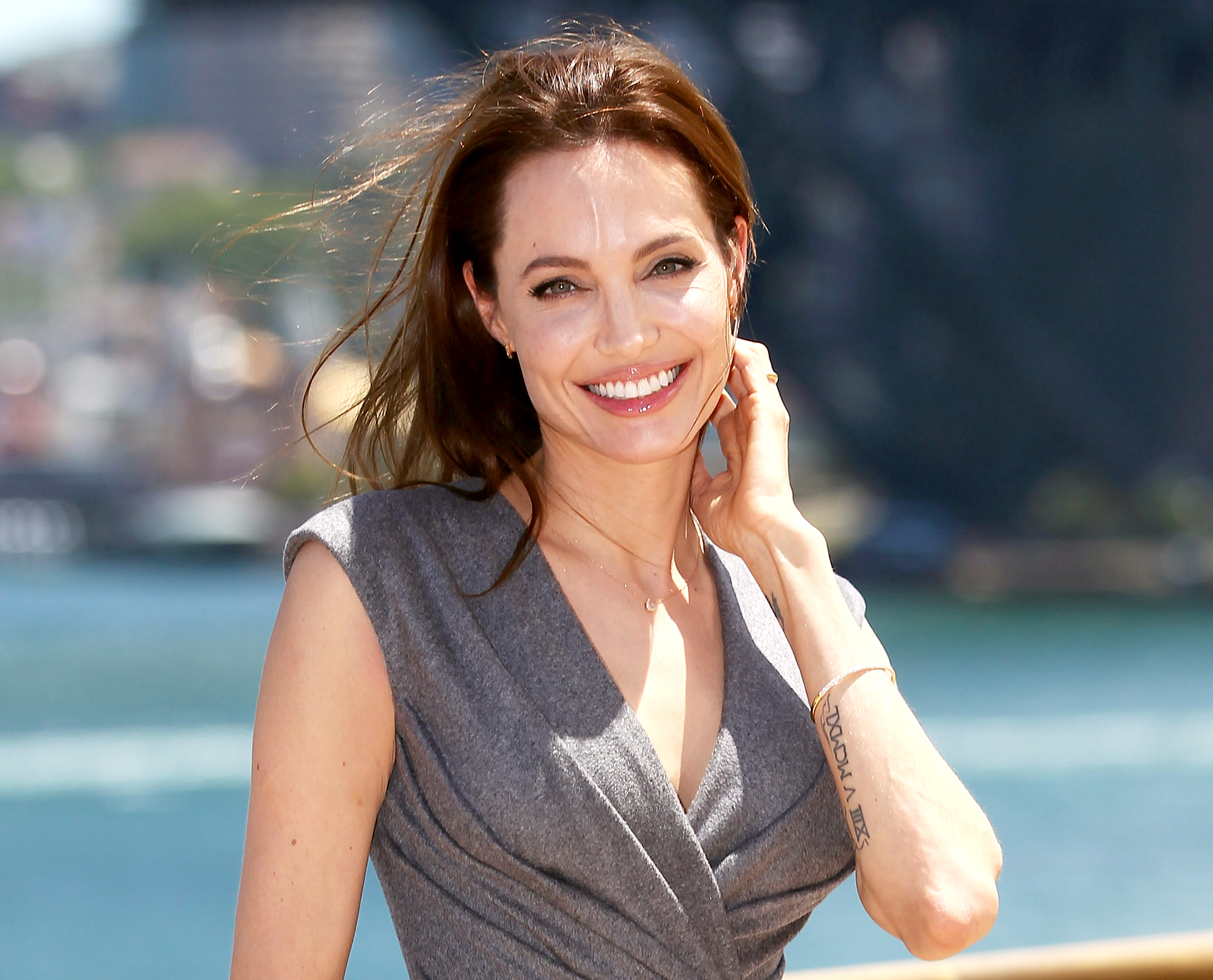 Angelina Jolie Had Ovaries & Fallopian Tubes REMOVED!